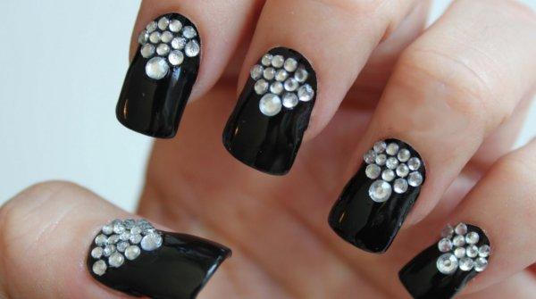 decoracion uñas negras piedras transparentes diamantes noche