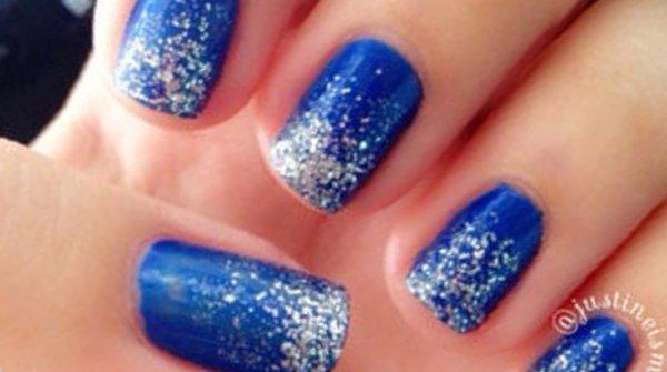 uñas azul brillos plateados decoracion moda