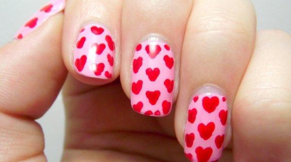 Decoración de uñas con corazones