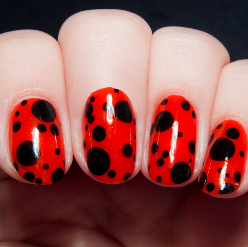 uñas decoracion mariquitas rojas puntos negros moda