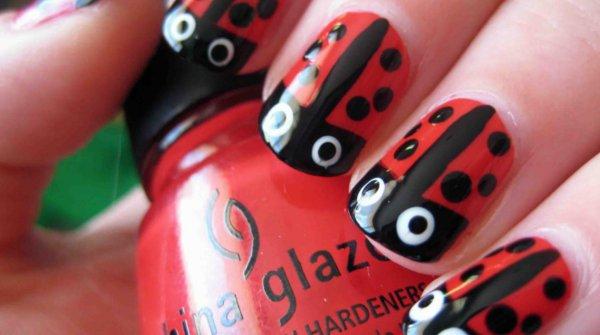 Uñas decoradas con mariquitas/catarinas para uñas cortas
