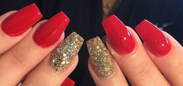 uñas moda rojas dorado brillantes