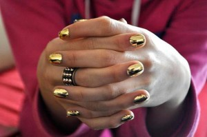 uñas cortas dorado